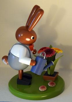 Hase mit Blumen und Gießkanne