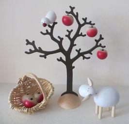 Apfelbaum mit Vogel, Korb und Schaf