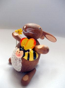 Hase mit Biene und Blume
