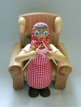 Oma im Sessel mit Strickzeug