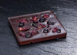 Dunkle Tafelschokolade mit 63% Kakaoanteil mit crunchy Johannisbeeren und weichen Cranberrystücken