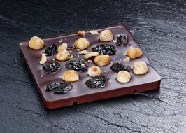 Dunkle Tafelschokolade mit 63% Kakaoanteil mit Philippinischem Rum, Sauerkirsche und Piemonteser Haselnuss