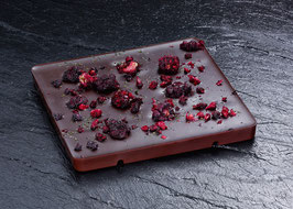 Dunkle Tafelschokolade mit 63% Kakaoanteil mit Brombeerstücken und getrockneter Minze