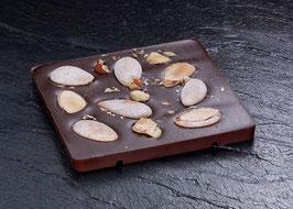 Dunkle Tafelschokolade mit 63% Kakaoanteil mit von Vanille und Zimt umhüllten Mandeln