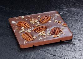 Tafelschokolade Vollmilch mit 38% Kakaoanteil mit gerösteter Pekannuss und einem Hauch Rauchsalz