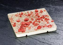 Weiße Tafelschokolade 31% mit Erdbeerstücken und geriebener Tonkabohne