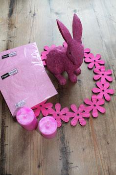 Rosa Oster Dekoration, pinker Hase, rosa Servietten, Blumenkranz, rosa Kerzen