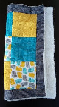 Patchworkdecke, blau/gelbe Quadrate und bunte Nilpferdchen