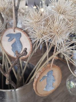 Hase grau auf Naturholzscheibe.