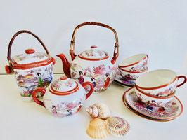Asiatisches Teeservice aus feinem Porzellan mit Teedose