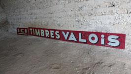 """ENSEIGNE EN VERRE PEINT A L INTERIEUR : """"TIMBRES VALOIS"""" HARPIGNY LIEGE   LONG 406 CM HAUT 31 CM  EN 3 PARTIES. AVEC TIMBRE FISCAL."""