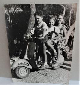 JOILIE PHOTO  D ENANTS SUR LA NOUVELLE VESPA DE 1953 SOUS VERRES