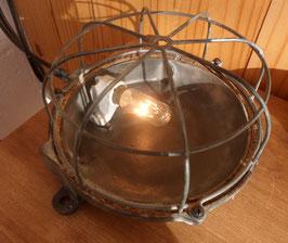 LAMPE INDUSTRIELLE HUBLOT EN FONTE ET GRILLAGE