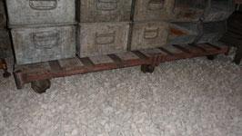 CHARIOT DE TRANSPORT SUR ROUES  AVEC GRILLES . TAILLE DU PLANCHER 70 X 162 CM