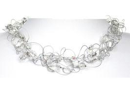 Halskette mit transparent-silbrigen Perlen auf weicher Stahlseide 6-reihig