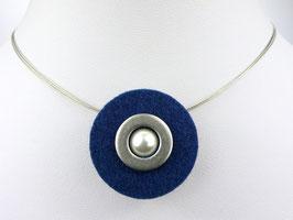 Puristische Halskette mit Anhänger aus dunkelblauem Filz, Edelstahl und Perle