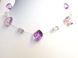Halskette mit Glasperlen und Acrylperlen lila grau auf weicher Stahlseide