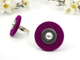 Ring silberfarben mit magentafarbener Filzscheibe, Edelstahlscheibe und Wachsperle, größenverstellbar