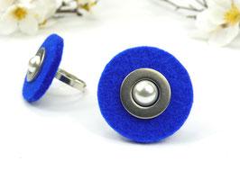 Ring silberfarben mit blauer Filzscheibe, Edelstahlscheibe und Wachsperle, größenverstellbar