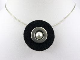 Puristische Halskette mit Anhänger aus schwarzem Filz, Edelstahl und Perle
