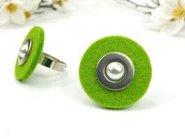 Ring silberfarben mit grüner Filzscheibe, Edelstahlscheibe und Wachsperle, größenverstellbar