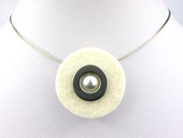 Puristische Halskette mit Anhänger aus crèmeweißem Filz, Edelstahl und Perle