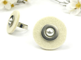 Ring silberfarben mit crèmeweißer Filzscheibe, Edelstahlscheibe und Wachsperle, größenverstellbar