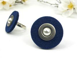 Ring silberfarben mit dunkelblauer Filzscheibe, Edelstahlscheibe und Wachsperle, größenverstellbar