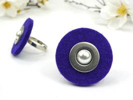 Ring silberfarben mit violetter Filzscheibe, Edelstahlscheibe und Wachsperle, größenverstellbar