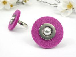 Ring silberfarben mit pinkfarbener Filzscheibe, Edelstahlscheibe und Wachsperle, größenverstellbar