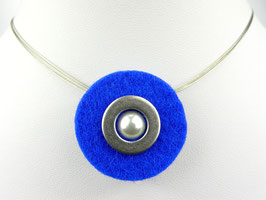 Puristische Halskette mit Anhänger aus blauem Filz, Edelstahl und Perle