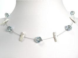 Halskette mit asymetrisch geschliffenen Glasperlen und Zuchtperlen blau weiß auf weicher Stahlseide