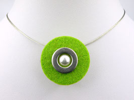 Puristische Halskette mit Anhänger aus grünem Filz, Edelstahl und Perle