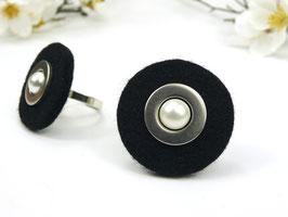 Ring silberfarben mit schwarzer Filzscheibe, Edelstahlscheibe und Wachsperle, größenverstellbar