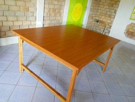Holztisch aus Hartholz