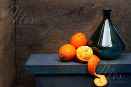 Peeling the mandarin