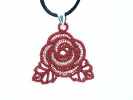Collier ras de cou avec cordon noir, une rose rouge en pendentif