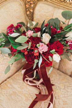 Bouquet romantico sui toni del rosso
