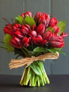 Bouquet di tulipani rossi e bacche