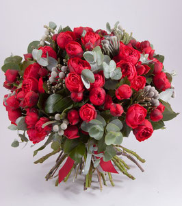 Bouquet di rose rosse e brunia