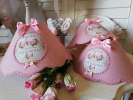 """RESERVE : Trois abat-jour à festons en lin rose, médaillon """"Rose de Provence"""""""