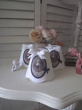 Abat-jour festonné esprit shabby chic en lin blanc - portrait royal (Ref AL4)