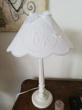 COMMANDE RESERVEE : Un abat-jour à festons, en lin blanc, brodé d'une lettre C