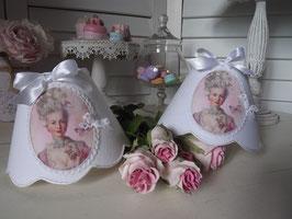 """Abat-jour esprit shabby chic médaillon """"Marie-Antoinette"""" sur lin blanc (Ref AL7-3)"""