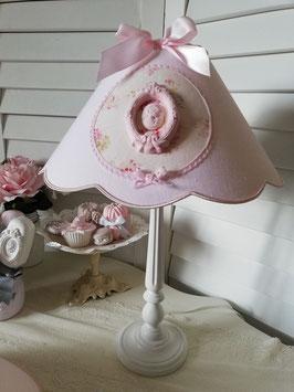 Abat-jour à festons, réalisé , sur commande, en lin rose poudré, médaillon en coton fleuri et camée avec cadre en plâtre - Ref ATCAMEE