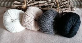 Dicke Alpaka- und Woolylamawolle von unseren Tieren - naturfarben 50g