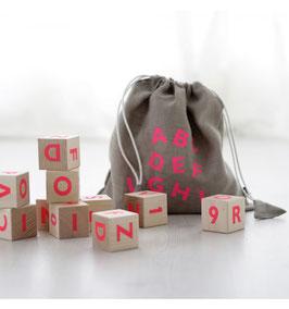 10 Cubes en bois écritures rose fluo Ooh Noo