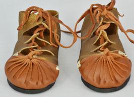 chaussures fille cuir lacées coloris camel foncé et or