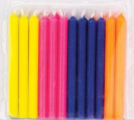 24 bougies anniversaire avec coloris vifs : jaune vif, rose vif, bleu marine et orange vif