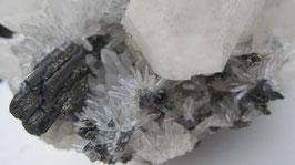 Hubneriet met bergkristal